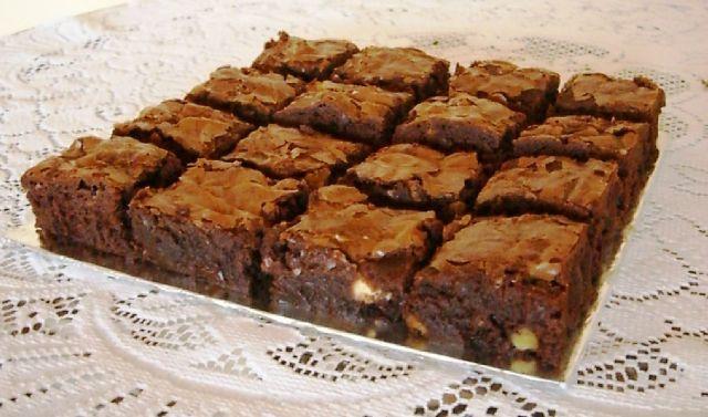 Brownies caseros de chocolate con glaseado.