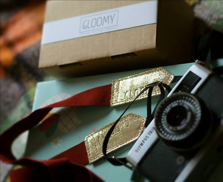 Camera strap in bordeaux belt and glitter gold, made in Italy. Ps: thank u Gini for the pic! ;)