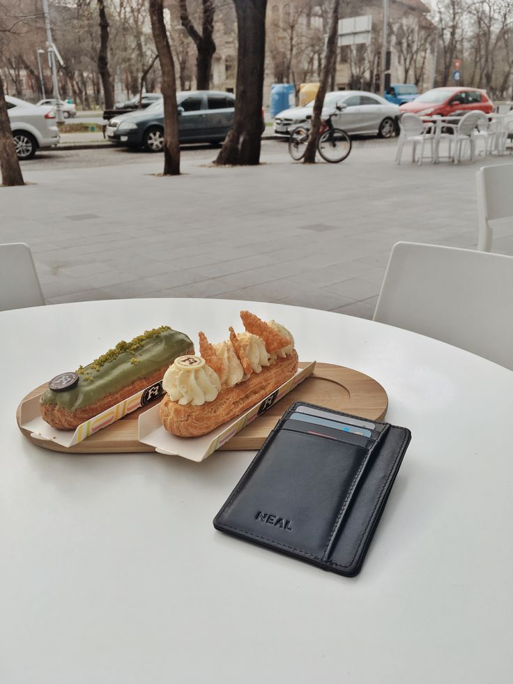 Eclair and the most stylish wallet, this two elements make the perfect photo. #slimwallet #giftforhim #travelsizewallet #menwallet #frontpocketwallet #menswear #menstyle #minimalwallet #frontpocketwallet