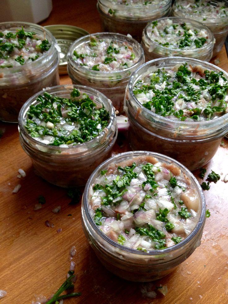 Pâtés de tête  2 demi têtes de cochon coupées en 2, 2 langues de porc,  Faire cuire 4h dans un bouillon oignons, carottes,  thym, lauriet, sel et poivre en grain. Mettre d'1 côté le maigre,  de l'autre la couenne. Jetez le gras. Coupez en petit morceau.  Mélangez maigre et un peu de couenne. Mettre en terrine.  Ajoutez echalottes et persil  hachés par dessus. A degustez 48h après.