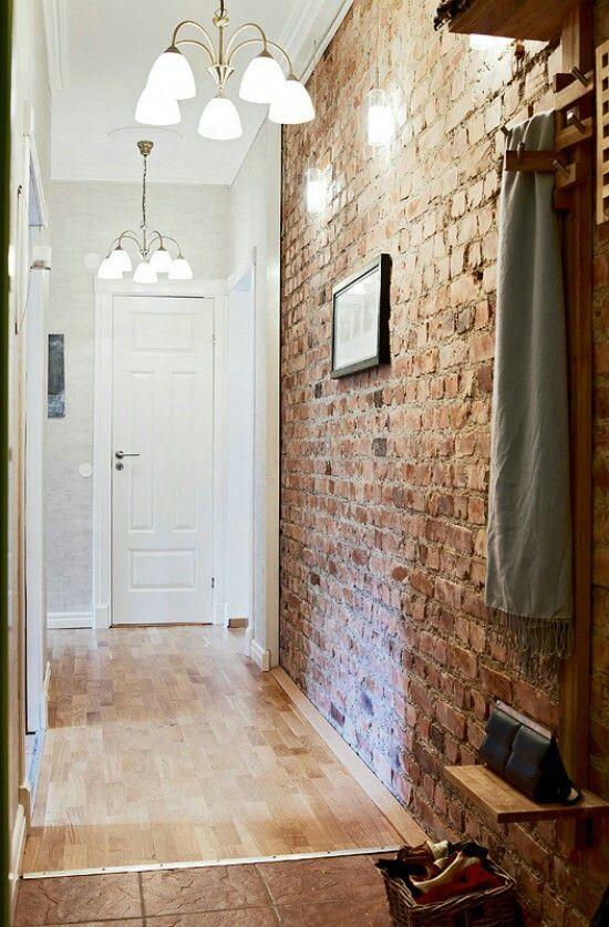 Stenen muren kunnen in goed contrast staan met witte klassieke elementen.