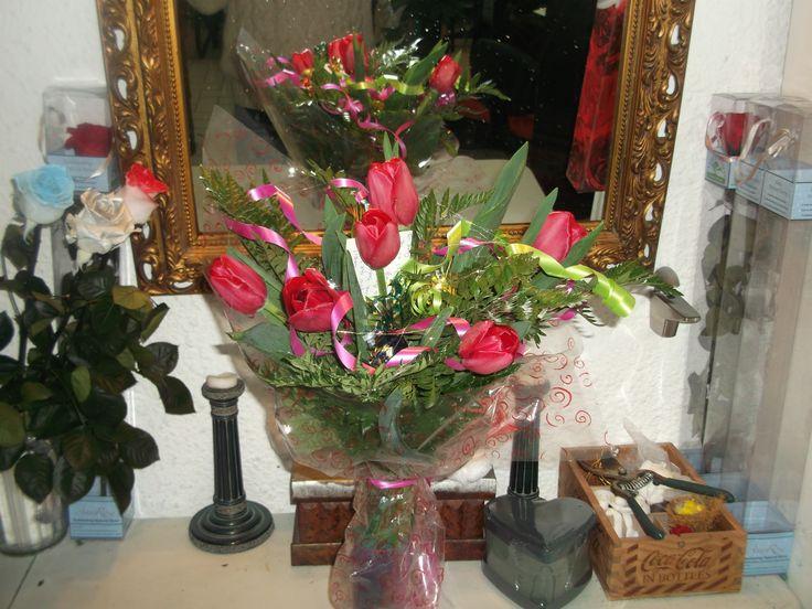 Ramo de tulipanes a domicilio, media docena de tulipanes rojos con adornos vegetales, puedes ver mas en www.graficflower.com