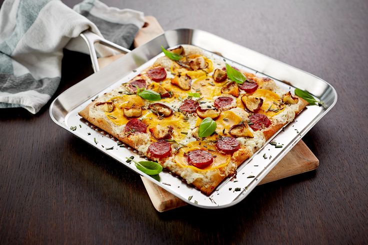 Pizza with butternut squash, mushrooms and white cheese