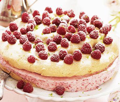Fryst hallon- och marängtårta är en himmelskt god efterrätt. De spröda tårtbottnarna av maräng fylls med vispad grädde, hallon, kesella, äggulor och florsocker som fryses ned innan servering. Dekorera tårtan med skal av lime.