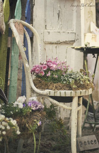 images by claireModern Gardens, Vintage Chairs, Chairs Planters, Gardens Design Ideas, Shabby Chic, Fleas Marketing, Gardens Chairs, Old Chairs, Interiors Gardens
