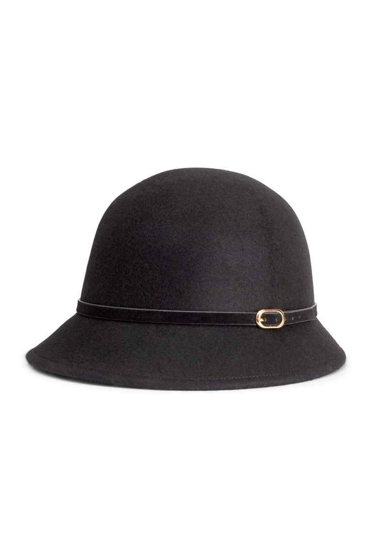 Chapeau en laine: QUALITÉ PREMIUM. Chapeau en feutre de laine. Modèle avec bande en imitation daim autour de la calotte et boucle décorative sur le côté.