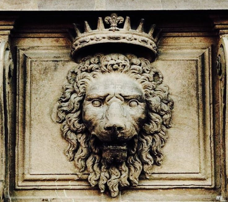 the lion pendant and symbol seen almost everywhere in the castle and kingdom