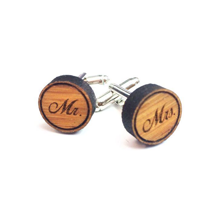 Manschettenknöpfe Mr. & Mrs. aus Bambus  Coffee - Das Original von Mr. & Mrs. Panda.  Unsere Manschettenknöpfe sind für den Bräutigam, für den Vater der Braut, für die Trauzeugen und für alle anderen Herren, die mit Charme und Witz ihr Outfit perfektionieren wollen.    Über unser Motiv Mr. & Mrs.  Mr. & Mrs. - Eine eindeutige Ansage von zwei Verbündeten, die das Leben zusammenschweißt und die gemeinsam durch Dick und Dünn gehen.    Verwendete Materialien  Bambus Coffee ist ein sehr schönes…