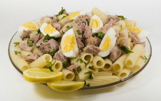 Τονοσαλάτα με πένες και αυγά