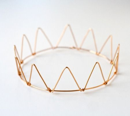 This DIY wire crown will make any little girl feel like a princess this summer! #princess #LivingTheBabiatorsLife