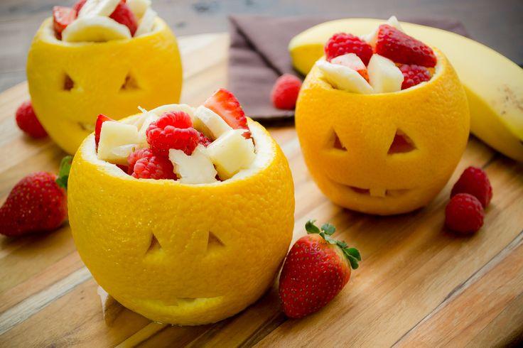 Una ensalada de frutas gourmet con un toque de menta dentro de naranjas hechas jack o lanterns.  Deja volar tu imaginación y rellena estas naranjas de otras cosas como helados y gelatinas.
