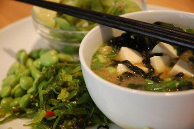 Misosuppe med forårsløg og tofu