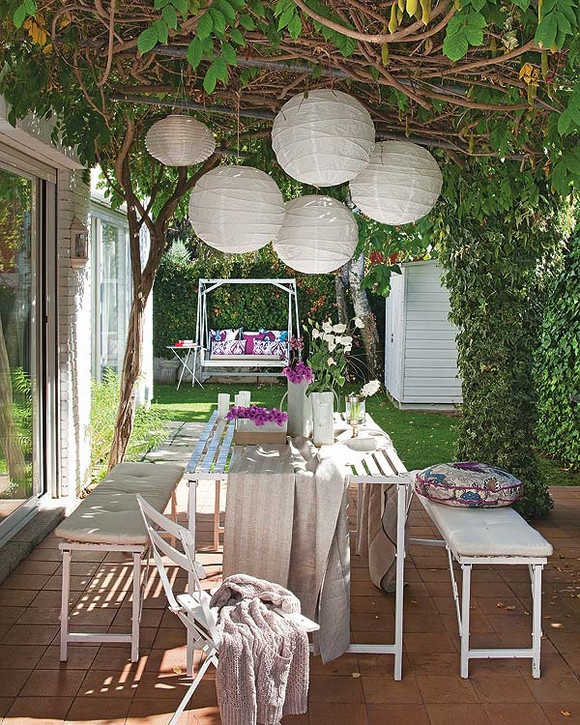 Garden decor inspiration :: love the lanterns!