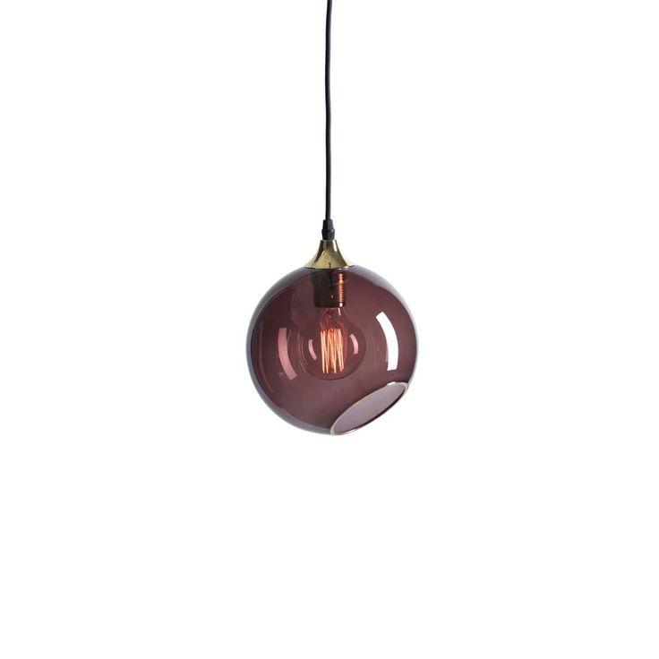 Design By Us  Lampen er håndblåst og håndmalt, derfor er hver eneste lampe unik og kan derfor variere litt i farge og størrelse. Ballroom Purple Rainhar har en gullkant rundt åpningen i glasset og på toppen der den svarte stoffledningen henger.   Edison Globe lyspære er inkludert.  MÅL: Ø19 cm. LYS: E27, max 40W.  Hvis ikke på lager er bestillingstid 6-8 uker.