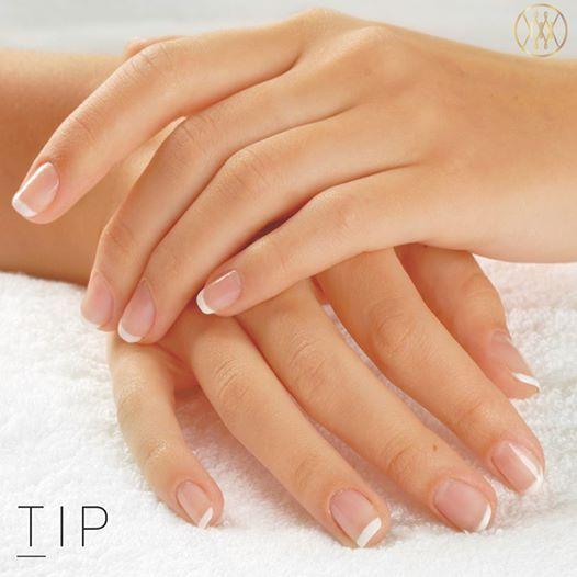 Algunos tips para el cuidado de las manos, lo primero que debes hacer es tener por habito general siempre estarlas bañando con agua y en vez de jabón utiliza unos granitos de azúcar esto te ayuda a dejarlas suaves.