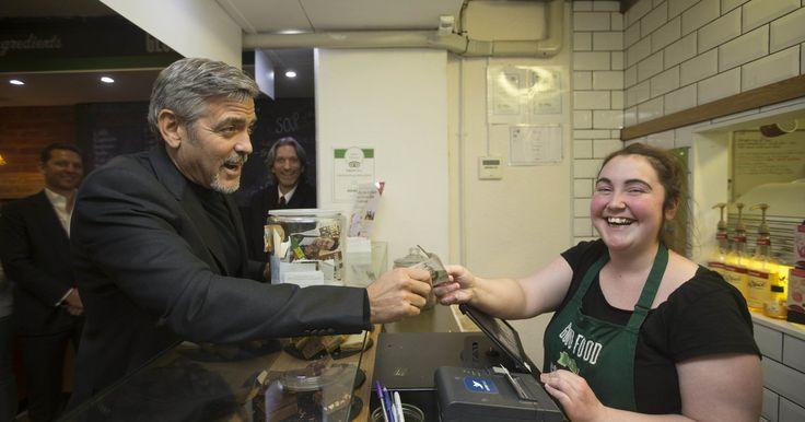 George Clooney donerer penge til cafe for hjemløse. Sensationel nyhed, selvom den handler om at hjælpe og på sin vis er konstruktiv. Fokuserer mere på at det er Clooney som hjælper, end hvad han hjælper med.