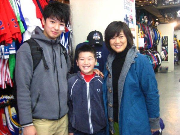 【新宿2号店】 2014年3月26日 アキバ様ファミリーにご来店いただきました(*^_^*) ご家族でブログにご登場いただきました! お兄様は大学でバスケをプレーされているとのこと!!素敵なスマイルありがとうございます☆ 是非、また遊びに来てくださいね♪