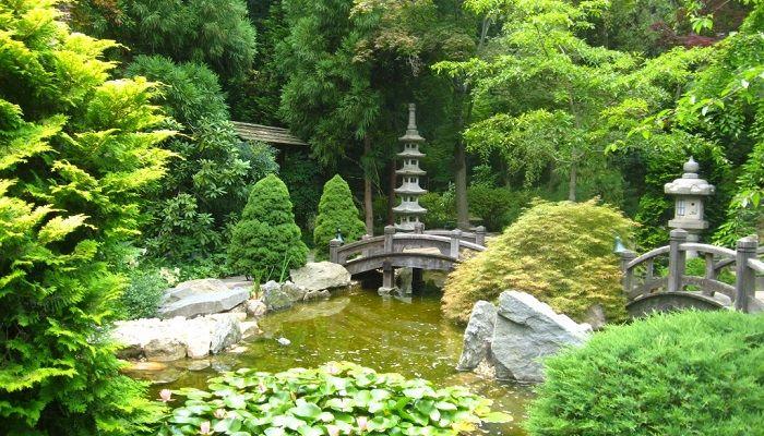 """Hillwood Evi Müze ve Bahçeler - Washington - General Foods'un kurucusu Marjorie Merriwether Post, bir zamanlar dünyanın en zengin kadınıydı. Marjorie, muazzam bahçe ile çevrili 40 odalı bir """"Gürcü Konağı"""" inşa ettirdi. Merkezinde taş fenerler, pagoda, kaya havuzu ve Amerikan tarzı bir dokunuş ile harmanlanmış bir Japon bahçesi vardır. 13 dönüm arazi yolu boyunca düzenlenen 10'dan fazla bahçe görülmeye değerdir. Ziyaretçiler onun ölümünden sonra büyük şehrin gürültüsünden ve karmaşasından…"""