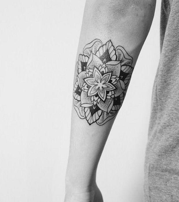 Tatouage mandala sur l'arrière du bras, à la manière d'une fleur