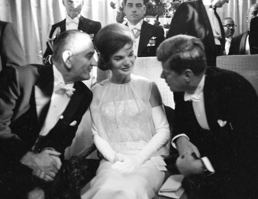 1961. 20 Janvier. The Mayflower Hotel. Lyndon Johnson, Jackie et Jack chatting together during Kennedy's Inauguration