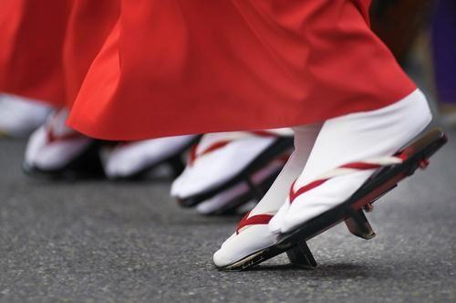 徳島の阿波踊り真っ最中ですね。 この赤い蹴出しに白い足袋。 そして下駄を履いてのつま先立ちに女性の色気を感じます。