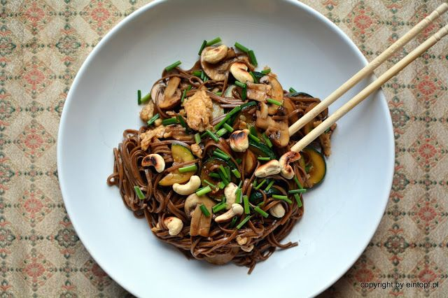 eintopf: makaron tajski z cukinią i grzybami
