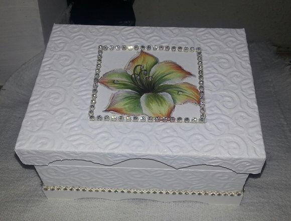 Caixa em MDF forrada com pintura cintilante, strass, e colagem. para festas de 15 anos e casamento. Personalizamos sua caixa. Para pedidos acima de cem unidades aplica-se desconto. R$ 20,00