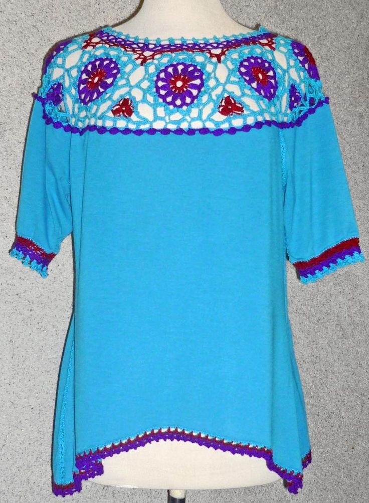 Blusa elaborada con tela jersey turquesa y tejido a crochet en hilos de colores turquesa, púrpura y rojo oscuro, Talla L