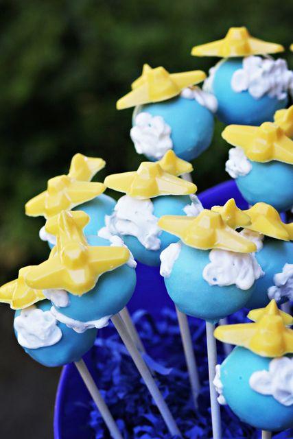 Airplane cake pops. Cute! #airplane #cakepops