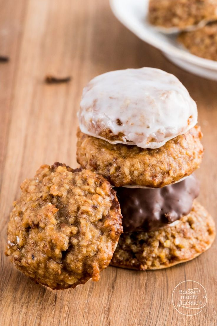 Herrliche saftige und aromatische Elisen-Lebkuchen ohne Mehl - viel besser als die gekauften! Die Elisenlebkuchen schmecken pur, mit Zuckerguss oder weißer bzw. dunkler Schokolade.