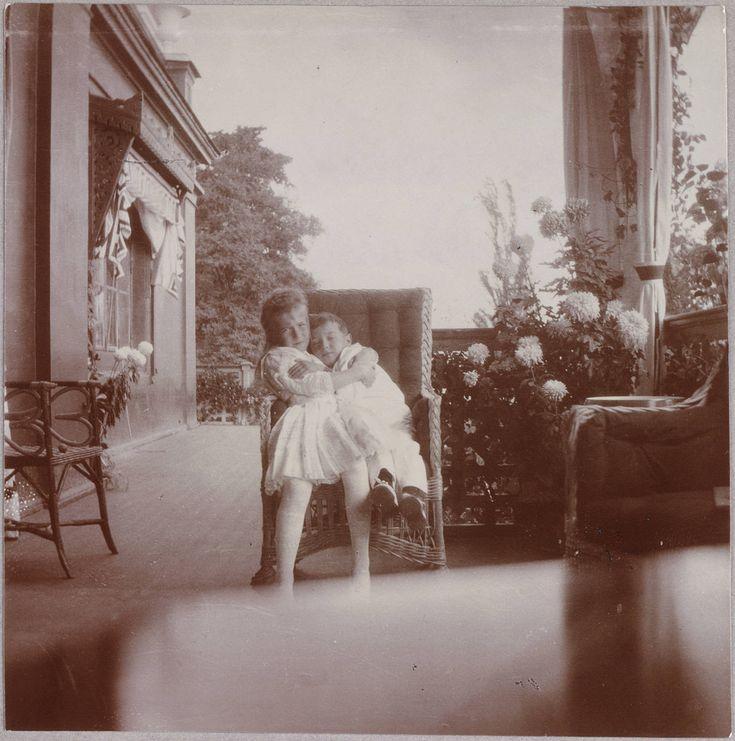 Anastasia and Alexei | 15 Haunting Photos Of The Romanov Family