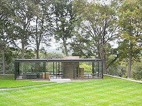 ガラスの家(フィリップ・ジョンソン)は、広大な敷地の中に立つ別荘で、暖炉とコアによる明快な平面構成をもつ。