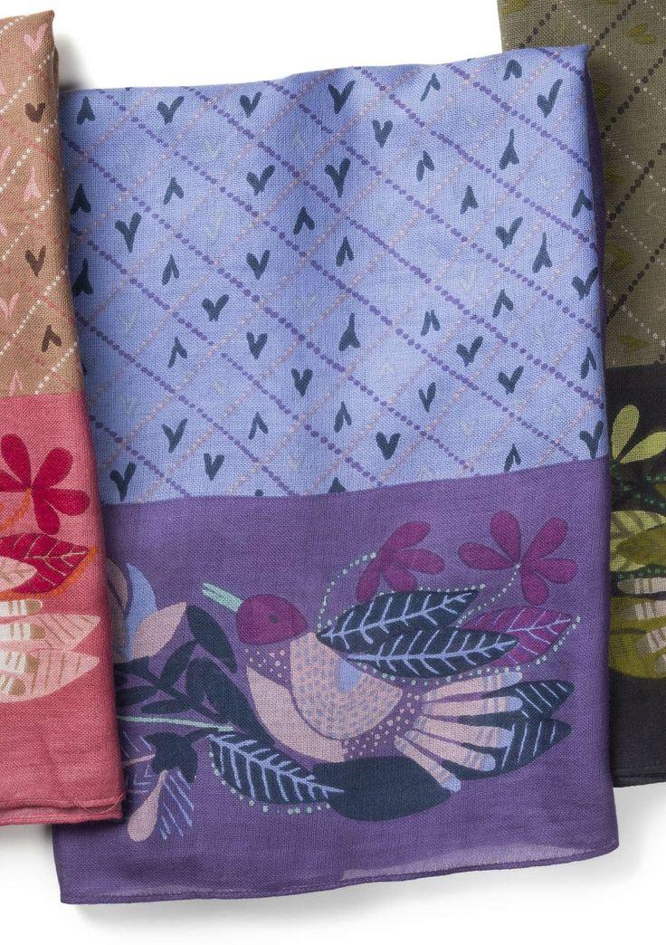 """Se hur fint dessa vackra fåglar ramar in vårt mönster """"Strå"""" på den här vävda bomullssjalen. Mjuk och behaglig att vira runt halsen likt ett smycke."""