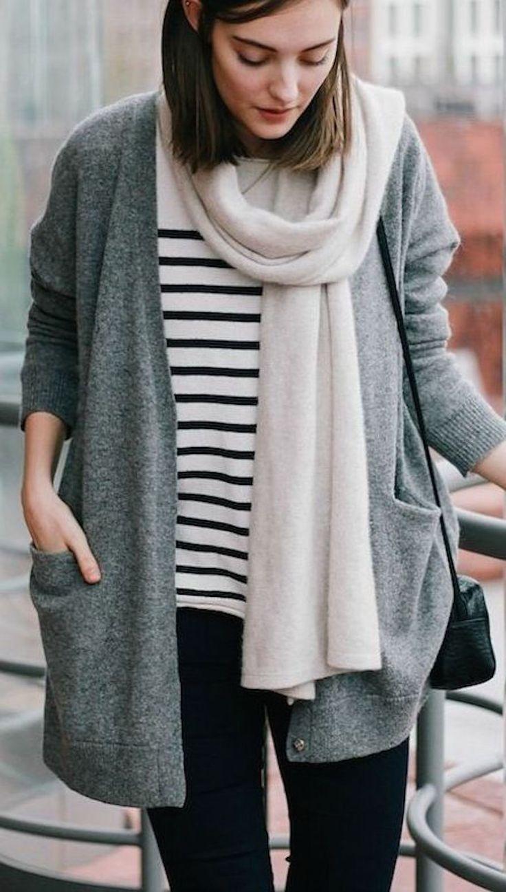 blusa listrada + maxi cardigan cinza + cachecol off white + calça preta