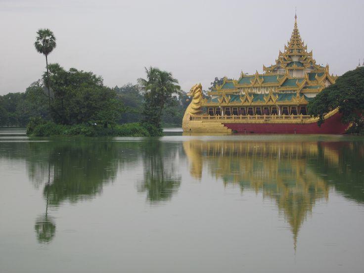 La Birmanie ou le pays des merveilles… Étonnant mélange de cultures, ce pays reste une nation héritière d'une des plus originales civilisations d'Asie. Il fascine par sa magie, par l'hospitalité légendaire de ses habitants et sa beauté naturelle. Les temples, les villes royales, les plages du sud du pays, les milliers de pagodes, les toits...
