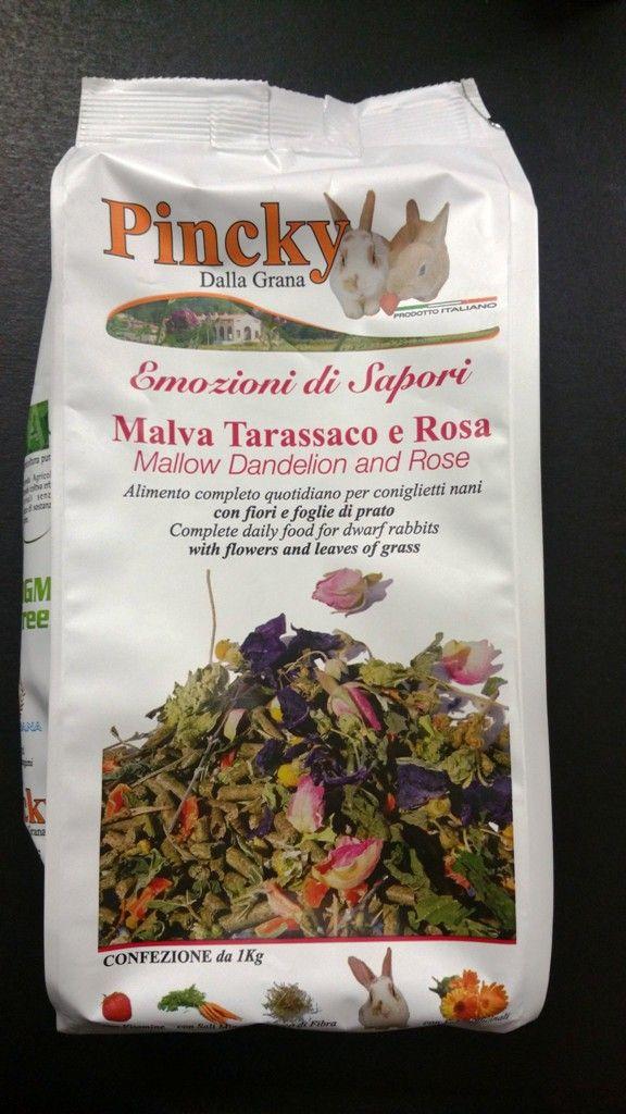 PINCKY+di+Dalla+Grana,+è+un+eccellente+prodotto+Italiano,+completamente+prodotto+in+Veneto,+solo+con+ingredienti+naturali+appena+raccolti. Pincky+rappresenta+l'alimento+completo+e+quotidiano+per+coniglietti+nani,+con+fiori,+foglie+di+prato. Ingredienti: Composizione:+farina+di+erba,+farina+di+crusca+di+grano,+avena,+orzo,+cloruro+di+sodio,malva+sylvestris+(1,5%),+lieviti,+mela,+matricaria+recutita,+mela+(1%),+carota,+farina+di+soia+tostata,+rosa+(0,5%),+taraxacum+offi...