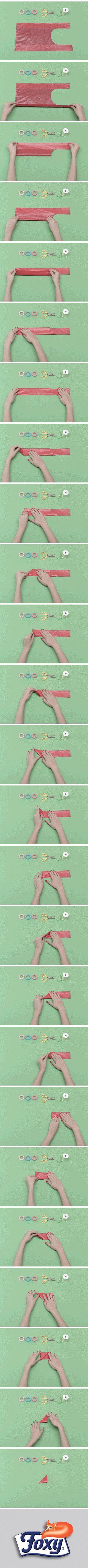 Piega in due la busta di plastica, sovrapponendo i due manici e formando un lungo rettangolo di plastica. Ora, piega un angolo del rettangolo e continua a girare su se stesso il triangolino ottenuto. In questo modo, trasformerai la busta in un piccolissimo tramezzino di plastica che trova spazio ovunque.  Scopri tutti i segreti per organizzare al meglio gli spazi in casa su www.foxymega.it  #foxy #minimize #ripiegare #spazio #buste