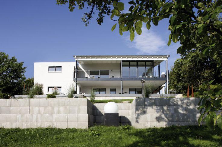 frontale r ckansicht des exklusiven fertighauses einfamilienhaus exklusiver ausblick. Black Bedroom Furniture Sets. Home Design Ideas