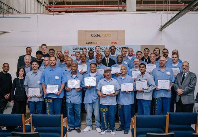 """Na prisão de San Quentin, a mais antiga da Califórnia, presos estão aprendendo a linguagem da programação. O projeto é da ONG The Last Mile, do empresário Chris Redlitz que, ao dar palestras motivacionais para os presidiários, notou a oportunidade. """"As perguntas que eles faziam eram muito inteligentes e vários deles tinham projetos de negócios que queriam realizar"""", contou. Batizado de Code. 7370, o programa consiste em ensinar HTML, CSS, JavaScript e WordPress ao presidiários, além de…"""