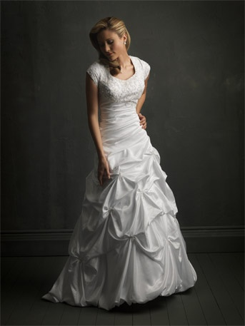 I Love this dress: Dresses Wedding, Queen Anne, Wedding Dressses, Ball Gowns, Modest Wedding Dresses, Weddings, Dress Wedding, Chapel Training, Trains