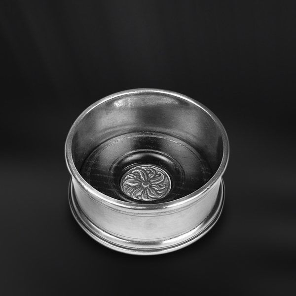 Pewter Wine Bottle Coaster with Wood Insert - Diameter: 10 cm (3,9″) - Food Safe Product - #pewter #wine #bottle #coaster #wood #insert #peltro #sottobottiglia #legno #zinn #flaschenuntersetzer #flaschen #untersetzer #holzscheibe #étain #etain #dessous #sous #bouteille #peltre #tinn #олово #оловянный #tableware #dinnerware #table #drinkware #barware #accessories #decor #design #bottega #peltro #GT #italian #handmade #made #italy #artisans #craftsmanship #craftsman #primitive #vintage…