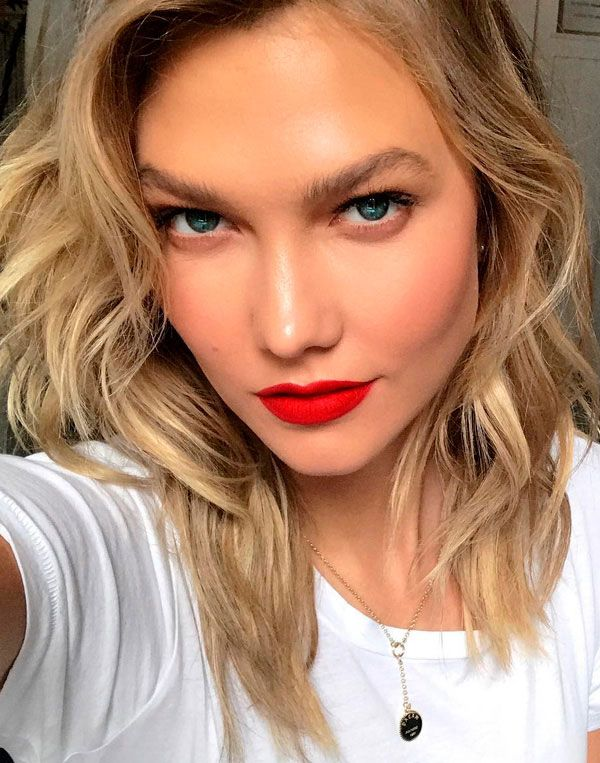Maquiagem com batom vermelho de Karlie Kloss.