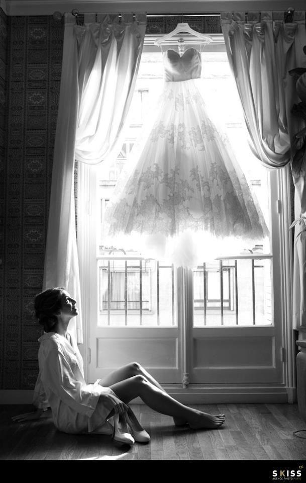 Bride//mariée ; at the window//fenêtre ; short wedding dress// robe de mariée ; black&white photo// photo noir & blanc ; happy bride    http://www.skiss.fr/