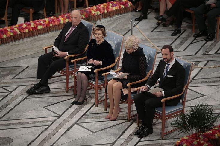 Onder het toeziend oog van de Noorse koning Harald is de Nobelprijs voor de Vrede uitgereikt. In Oslo kreeg de Colombiaanse president Juan Manuel Santos de prijs voor het vredesakkoord dat hij bereikte met de rebellenbeweging FARC.   10-12-2016