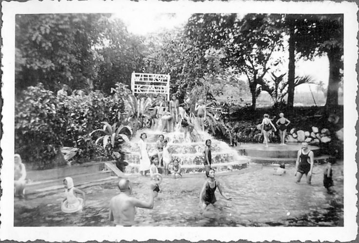 The swimmingpool in Tjitoeroeg in the Dutch East Indies in the thirties | Het zwembad in Tjitjoeroeg, Nederlandsch-Indie in de jaren 30 On the sign it says welcome KMB is Katholieke Meisjes Bond.