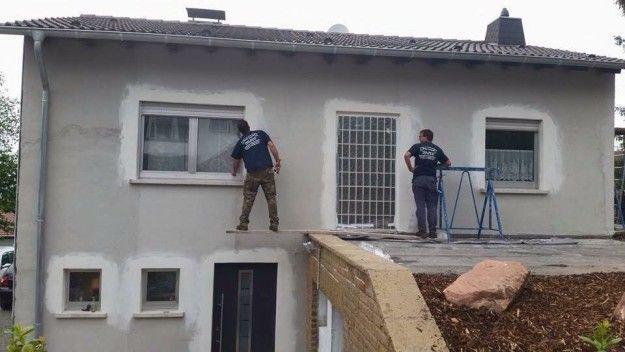 Von ihrem selbstgebauten Haus. | 27 Bauarbeiter, die ihrer Krankenschwester nur ein Foto zeigen müssen