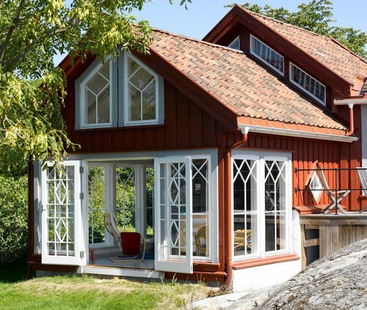 LYSTHUS: Det lille huset fra slutten av 1800-tallet har i dag blitt en moderne og fargerik sommerhytte. De store vinduene i tilbygget åpner opp mot lyset og utsikten i skjærgården ved Kragerø. FOTO: Per Erik Jæger