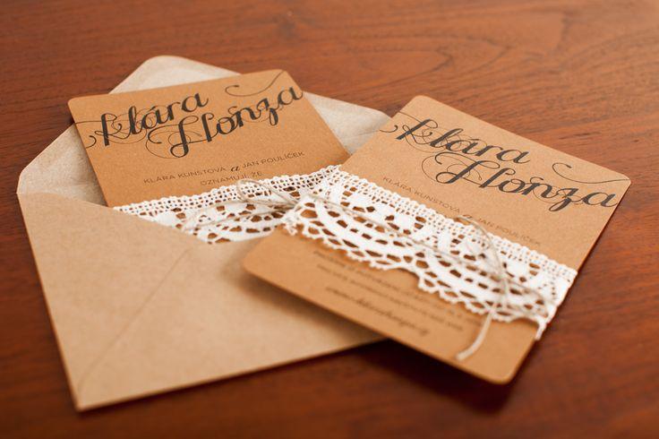 Svatební oznámení rustikální pro vinařskou svatbu ve Znojmě. Silný přírodní karton je doplněn bavlněnou krajkou a provázkem.