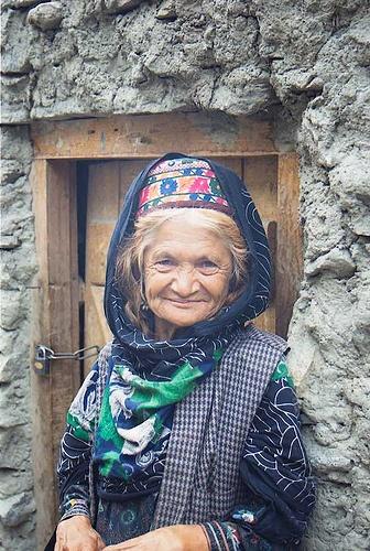 Vieille femme Burusho de la vallée de Hunza