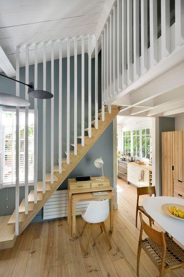 Le bois repeint en blanc donne un coup de fraîcheur à l'escalier et la mezzanine de cette maison. Plus de photos sur Côté Maison. http://petitlien.fr/7fce